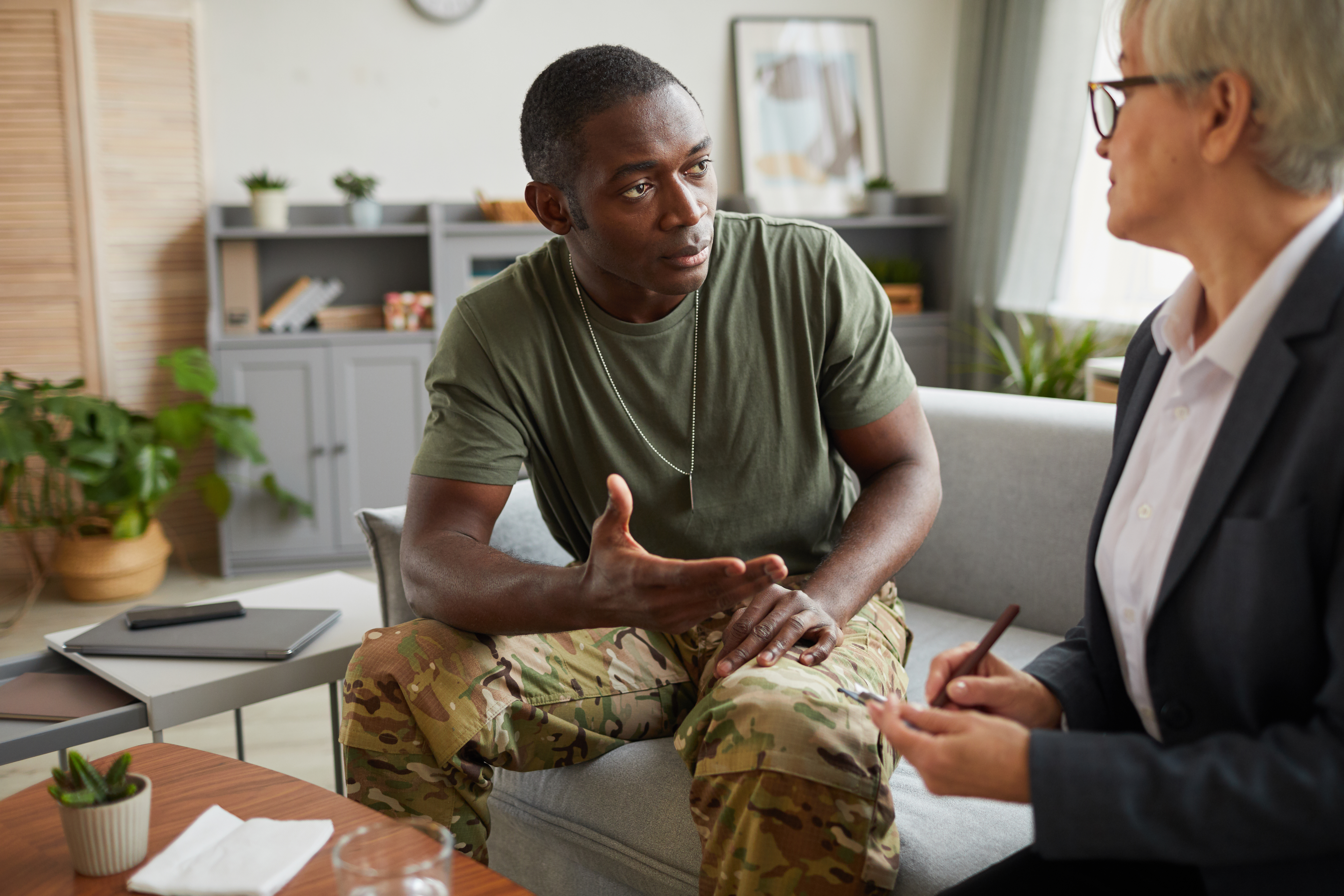 soldier-during-counseling-session-KG485NW-1